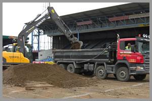 gépi földmunka - töltő és termőföld szállítás